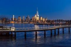 Arranha-céus e Hudson River financeiros do distrito de New York do passeio de Hoboken Fotos de Stock Royalty Free