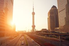 Arranha-céus e torres de Shanghai no por do sol Imagem de Stock Royalty Free