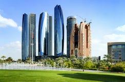 Arranha-céus em Abu Dhabi, Emiratos Árabes Unidos Foto de Stock Royalty Free