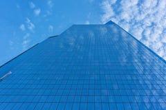 Arranha-céus espelhado visto de baixo de fotos de stock royalty free