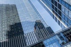 Arranha-céus espelhado visto de baixo de, New York fotos de stock royalty free