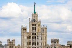 Arranha-céus estalinistas do arranha-céus que constroem na terraplenagem de Kotelnicheskaya em Moscou, Rússia Foto de Stock Royalty Free