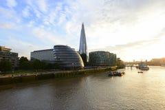 Arranha-céus financeiros do distrito de Londres sobre Thames River imagens de stock royalty free