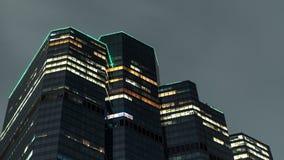 Arranha-céus iluminado close-up na baixa no verão em nivelar o crepúsculo vídeos de arquivo