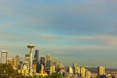 Arranha-céus iluminados de Seattle e contorno do Monte Rainier no por do sol imagem de stock