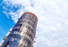 Arranha-céus moderno com uma forma redonda original, fundo do céu nebuloso, espaço da cópia foto de stock royalty free