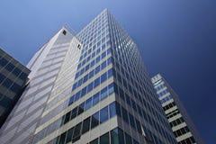 Arranha-céus moderno da torre do escritório Fotos de Stock Royalty Free