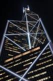 Arranha-céus moderno na noite fotografia de stock royalty free