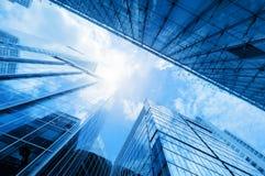 Arranha-céus modernos do negócio, prédios, arquitetura que aumenta para o céu, sol Imagens de Stock