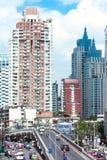 Arranha-céus modernos e tráfego em Phetchaburi Rd Imagens de Stock