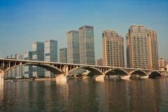 Arranha-céus modernos e uma ponte Fotografia de Stock