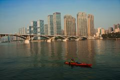 Arranha-céus modernos e uma ponte Foto de Stock