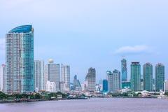 Arranha-céus modernos em Chao Phraya Riverside, Banguecoque Tailândia Foto de Stock