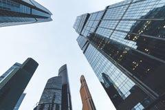 Arranha-céus modernos em um distrito financeiro Construções altas da elevação do centro de negócios Moscou de Moscou - cidade Fotografia de Stock Royalty Free