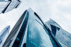 Arranha-céus modernos em um distrito financeiro Construções altas da elevação do centro de negócios Moscou de Moscou - cidade Fotografia de Stock