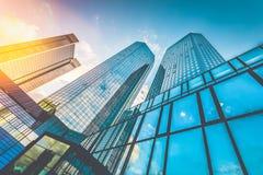 Arranha-céus modernos no distrito financeiro no por do sol Imagem de Stock