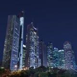 Arranha-céus na área de Lujiazui na noite, Shanghai, China Imagens de Stock