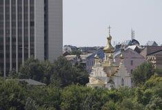 Arranha-céus na igreja de Kiev, Ucrânia Imagens de Stock Royalty Free
