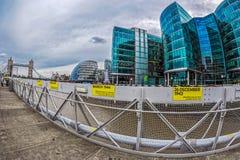 Arranha-céus na margem sul do Thames River e etiquetas com Imagens de Stock Royalty Free