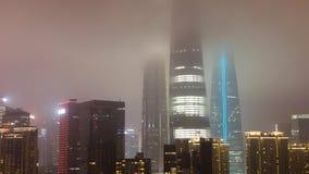 Arranha-céus nas nuvens em Shanghai imagens de stock