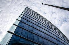 Arranha-céus no azul com céu nebuloso Fotografia de Stock Royalty Free