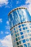Arranha-céus no céu azul imagem de stock