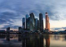 Arranha-céus no distrito financeiro na noite em Moscou Fotografia de Stock