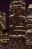 Arranha-céus no vertical do nighttime Fotografia de Stock Royalty Free