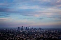 Arranha-céus para baixo da cidade Los Angeles durante o por do sol fotos de stock