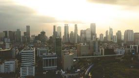 Arranha-céus urbanos no tempo do por do sol Fotografia de Stock