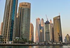 Arranha-c?us no porto de Dubai no por do sol foto de stock
