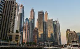 Arranha-c?us no porto de Dubai no por do sol imagem de stock