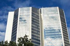 Arranha-céus alto com janelas de vidro Fotografia de Stock