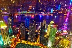 Arranha-céus da opinião da noite, construção da cidade de Pudong, Shanghai, China Imagem de Stock