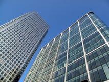 Arranha-céus do escritório em zonas das docas de Londres Imagens de Stock Royalty Free