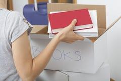 Arranjando livros fotografia de stock royalty free