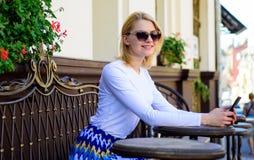 Arranje a nomeação na rede social Faça a nomeação A cara de sorriso da mulher com smartphone cria a nomeação no social foto de stock