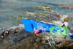 Arranjo, aletas azuis, tubo azul, máscara verde Fotografia de Stock