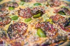 Arranjo bonito da pizza de Pepperoni Pepperoni caseiros quentes fotos de stock