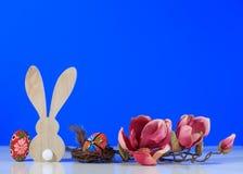 Arranjo bonito de easter com coelho e ovos em um fundo azul Fotos de Stock