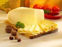 Arranjo com queijo na tabela de cozinha. Foto de Stock