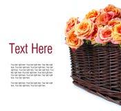 Arranjo com rosas em uma cesta de vime Fotografia de Stock Royalty Free