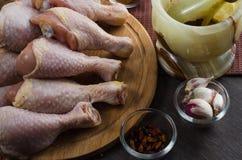 Arranjo cru fresco dos pés de galinha na placa de corte da cozinha Imagem de Stock Royalty Free