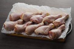 Arranjo cru fresco dos pés de galinha na placa de corte da cozinha Imagem de Stock