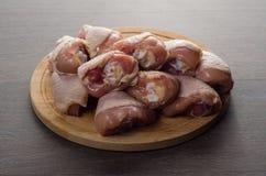 Arranjo cru fresco dos pés de galinha na placa de corte da cozinha Fotos de Stock Royalty Free
