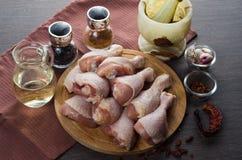 Arranjo cru fresco dos pés de galinha na placa de corte da cozinha Fotografia de Stock Royalty Free