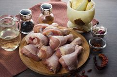 Arranjo cru fresco dos pés de galinha na placa de corte da cozinha Fotografia de Stock