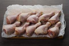 Arranjo cru fresco dos pés de galinha na placa de corte da cozinha Imagens de Stock Royalty Free