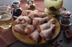 Arranjo cru fresco dos pés de galinha na placa de corte da cozinha Foto de Stock