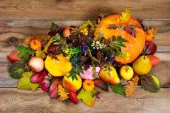 Arranjo da ação de graças com flores selvagens, abóboras, maçãs, pe Imagem de Stock